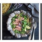 Salát s kiwi-levandulovou vinaigrette a marinovaným steakem