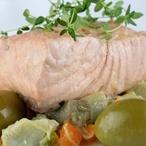 Pečený losos s olivami a zeleninou
