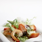 Salát s jahodami a krevetami