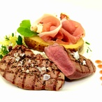 Plátky z jelení kýty a brambory plněné tyrolským špekem