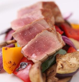 Steak z tuňáka s grilovanou zeleninou