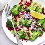 Brokolicový salát s granátovým jablkem