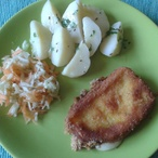 Smažený sýr s bramborem a salátkem