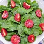 Špenát s rajčátky a jogurtem