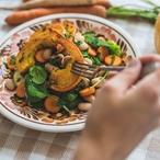 Salát spečenou dýní a bílými fazolkami