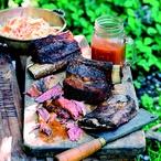 Šťavnatá hovězí žebra s domácí BBQ omáčkou a zelným salátem s mrkví