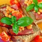 Sendvič s pikantními fazolemi a špekem