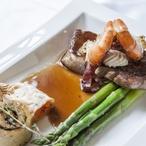 Hovězí steak s krevetami podávaný s polentovou roládou