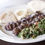 Kefta kebab s pita chlebem a salátem Fatush