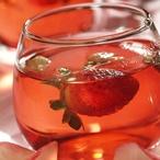 Růžový čaj s jahodami