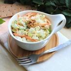 Salát z kysaného zelí s ovocem a dýňovými semínky