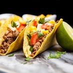 Nejlepší vepřové tacos, kořeněné černé fazole & zahradní salát s avokádem