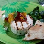 Grilovaný hermelín s mangovo-brusinkovým čatní