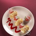 Krupicové knedlíčky s jahodami na špízu