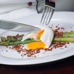 Bylinkový chřest s vejcem a celerovou strouhankou