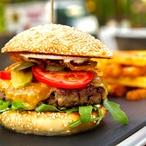 Domácí hovězí cheeseburger se sýrem cheddar