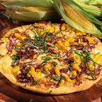 Pizza s uzeným sýrem a kukuřicí