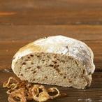 Domácí bramborový chléb s osmaženou cibulkou