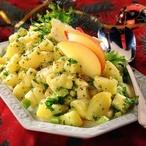 Bramborový salát s jablkem, cibulí a petrželkou