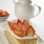 Piškotový koláč s krémem a jahodami