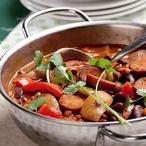 Dušené fazole s paprikami a klobásou