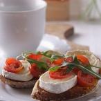 Zapečený toast s kozím sýrem a rajčátky