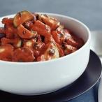 Cukety dušené s rajčaty a bazalkou