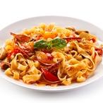 Tagliolini con grasso - Tagliolini scibulovo-rajčatovou omáčkou aprosciuttem