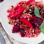 Svěží salát z červené řepy, jablek a bulguru