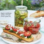 Bageta s nakládanými rajčaty, cuketovými pickles a sýrem feta