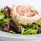 Trhaný listový salát s kozím sýrem a brusinkovým dresinkem