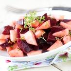 Salát ze strouhaného jablka a červené řepy