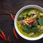 Zelená kari polévka s tuňákem a makadamovými ořechy