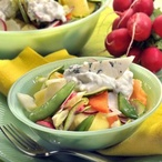 Salát z jarní zeleniny s třenou nivou