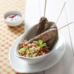 Jehněčí kebab s cizrnovým salátem