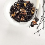 Sépiové špagety s olivami, lilkem a šunkou