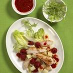 Bramborový salát s kuřecím masem a malinami