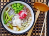 Polévka miso s konjakovými nudlemi, tofu a sójovými boby edamame