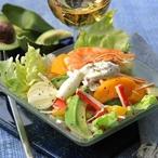Barevný salát s avokádem a krabími tyčinkami