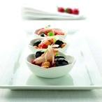 Cizrnový salát s paprikou, tuňákem a olivami