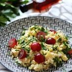 Salát s kroupami a modrým vínem