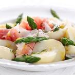 Teplý salát z nových brambor a chřestu