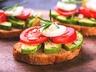Chlebíčky s rajčetem a avokádem