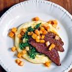 Pomalu pečené hovězí s česnekovo-bramborovým pyré