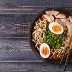 Japonská polévka s vepřovými plátky