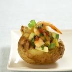Pečené brambory s krevetami, avokádem a mangem