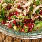 Teplý kapustový salát s hruškou a granátovým jablkem