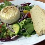 Grilovaný hermelín se zeleninovým salátem