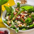Špenátový salát s ořechy a kozím sýrem