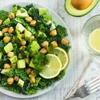 Citronový salát s kadeřávkem, avokádem a cizrnou